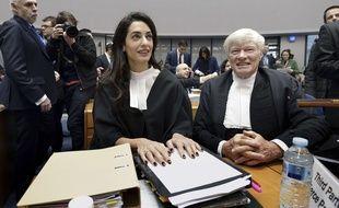 Les avocats représentant l'Arménie, Amal Alamuddin Clooney (G) et Geoffrey Robertson, le 28 janvier 2015  à la cour européenne des droits de l'Homme à Strasbourg. AFP PHOTO / FREDERICK FLORIN