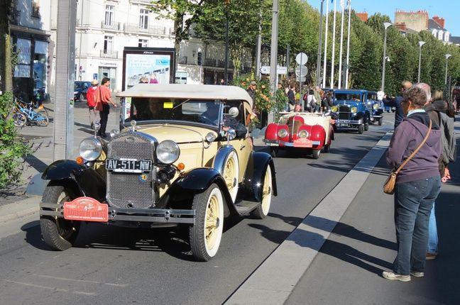 Défilé de véhicules anciens cours des 50-Otages à Nantes.