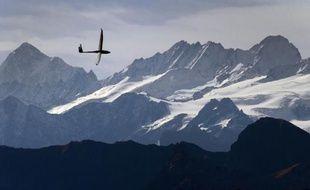 Un planeur au-dessus de montagnes (illustration).