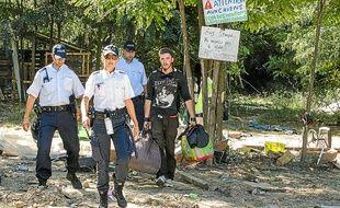 Si les trois familles roms sont parties avant l'arrivée de la police, les militants ont été accompagnés hors de la butte.