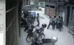 Capture d'écran de la vidéo du sauvetage d'une fillette en Chine, le 21 juin 2013.