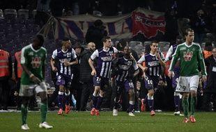 Le Toulousain Jean-Daniel Akpa Akpro est félicité par ses coéquipiers après son égalisation contre Saint-Etienne en Ligue 1, le 28 février 2015.