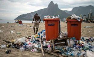 La plage d'Ipanema durant la grève des éboueurs à Rio de Janeiro, le 6 mars 2014
