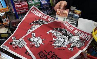 Une femme achète à Montpellier un exemplaire du Charlie Hebdo sorti le 25 février 2014
