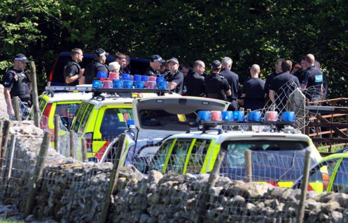 Des policiers devant la voiture de Derrick Bird, suspecté d'être l'auteur d'une fusillade dans le nord est de l'Angleterre, le 2 juin 2010. – AFP PHOTO/ANDREW YATES