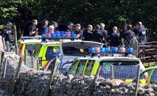 Des policiers devant la voiture de Derrick Bird, suspecté d'être l'auteur d'une fusillade dans le nord est de l'Angleterre, le 2 juin 2010.