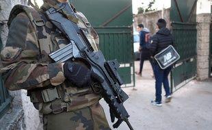 Un soldat posté le 12 janvier 2016 devant une école de Marseille dont un enseignant juif a été agressé la veille.