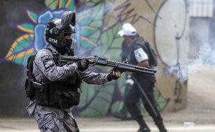 Un policier anti-émeutes, le 24 novembre 2019 à Rio de Janeiro (Brésil).