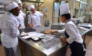 Des jeunes en formation en alternance à l'Ecole nationale supérieure de patisserie  d'Yssingeaux.