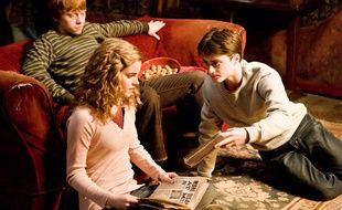 Harry Potter conseille une nouvelle lecture à Hermione.