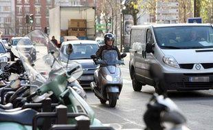 Un scooter à Paris le 3 décembre 2009.