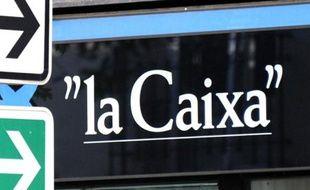 Le logo de la banque Caixa dans une rue de Madrid