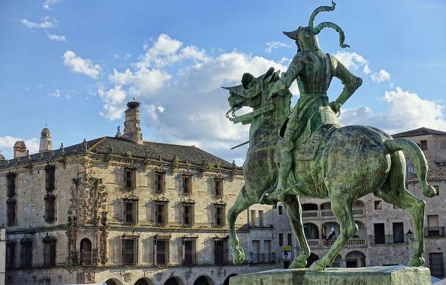 Sur la Plaza Mayor de Trujillo, face à la statue équestre de Francisco Pizarro, le palais édifié par sa famille sert aujourd'hui de musée à la gloire de la conquête des Amériques.