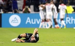 Florian Thauvin effondré au sol pendant que les joueurs lyonnais exultent: une des images symboliques de cet OL-OM ayant comme si souvent tourné dans le même sens.