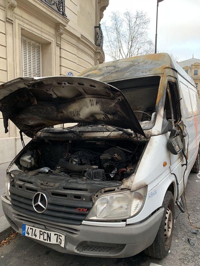 Camion brûlé à proximité des Champs