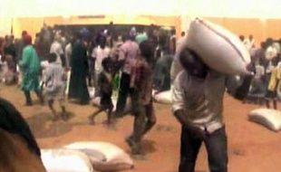 Cellules de prison vides, entrepôts de la Croix-Rouge pillés, habitants en fuite: des images exclusives de Gao (nord-est du Mali) obtenues par l'AFP, tournées avant, pendant et après la prise de la ville par des groupes armés le 31 mars, témoignent de la désolation qui y règne.