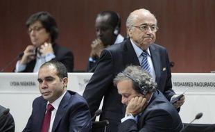 Le président de la Fifa Sepp Blatter, le prince jordanien Ali bin Al Hussein et le président de l'UEFA Michel Platini, le 29 mai à Zurich