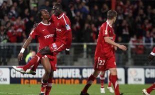 Gaëtan Bong, qui porte Rémi Gomis dans ses bras, a inscrit un des quatre buts du VAFC.