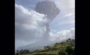Le volcan La Soufrière sur l'île caribéenne est entré en éruption.