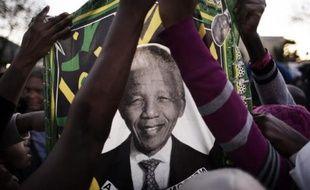 """""""Il est nettement mieux aujourd'hui qu'il ne l'était lorsque je l'ai vu hier soir"""", avait pour sa part déclaré le président Jacob Zuma en début d'après-midi, peu après être passé à l'hôpital de Pretoria, où le symbole mondial de la paix et de la réconciliation est traité depuis le 8 juin pour une grave infection pulmonaire."""