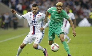Kévin Malcuit (à droite) est ici au duel avec le Lyonnais Rachid Ghezzal lors du dernier derby perdu par les Verts au Parc OL.