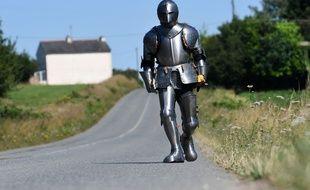 L'artiste performeur Abraham Poincheval a décidé de parcourir la Bretagne à pied, vêtu d'une armure de 30 kilogrammes.
