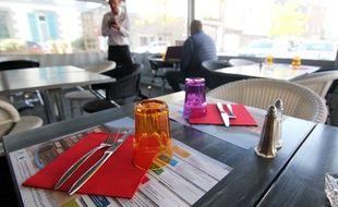 Le restaurant La Mère Rondel à Lamballe, où les mini CV sont sur les tables de la terrasse.