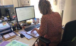 """Une agente de la plateforme """"Contact Tracing"""" de Toulouse qui appelle un malade pour retrouver ses cas contacts."""
