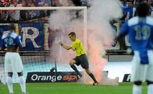 L'arbitre M. Turpin a dû courir pour éviter les pétards lancés par les supporters grenoblois, le 19 septembre 2009.