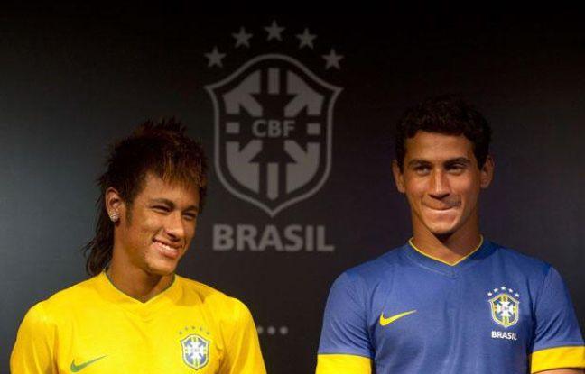 Neymar (à gauche) et Ganso lors de la présentation du maillot du Brésil à Rio de Janeiro, le 3 février 2012.