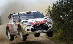 L'Espagnol Dani Sordo (Citroën DS3), qui était deuxième du Rallye du Portugal derrière le Français Sébastien Ogier (VW Polo R) à l'issue de la première journée, a dû se retirer de la deuxième journée après avoir heurté un arbre samedi matin dans la région de Faro (sud).