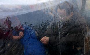 Des demandeurs d'asile qui se logent sous une bâche . (Archives). Le 05 11 06