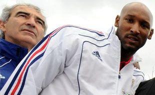 Le footballeur de l'équipe de France, Nicolas Anelka et le sélectionneur Raymond Domenech (à g.), lors de la visite d'un township à Knysna, le 13 juin 2010.