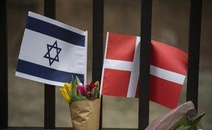 Un drapeau israélien et danois devant la synagogue de Copenhague, le 15 février 2015