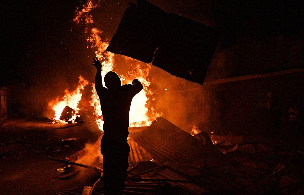 Des opposants ont allumé des incendies dans le bidonville de Kibera, à Nairobi, le 11 août 2017. – CARL DE SOUZA / AFP