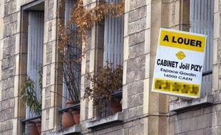 Annonce de location le 30 mars 2006 sur la facade d'un immeuble à Caen