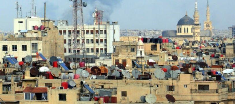 De la fumée s'échappe d'une zone de Damas, la capitale syrienne