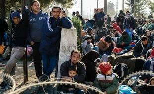Des migrants en provenance du Liberia, Maroc, Pakistan, Sri Lanka et du Soudan patientent le 19 novembre 2015 à Gevgelija, pour passer de Grèce en Macédoine