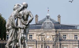Le sénat est situé dans le palais du Luxembourg et possède ses jardins et ses dépendances.