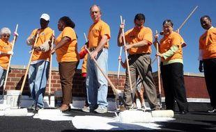 Le maire de New York, Michael Bloomberg, participe à l'opération Cool Roofs pour le millionième «square feet» repeint en blanc, le 13 octobre 2010.