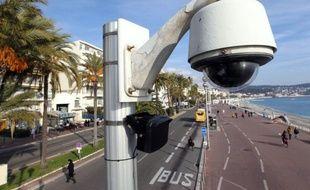 """Le député-maire UMP de Nice, Christian Estrosi, a annoncé jeudi soir le renforcement du dispositif de sécurité publique dans sa ville, l'une des plus vidéosurveillées de France, avec la future installation de """"caméras nomades"""" et d'un système de """"vidéosurveillance intelligente"""" (VSI)."""