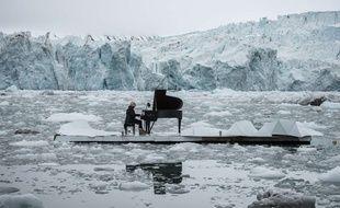 Le pianiste italien Ludovico Einaudi a interprété le 16 juin 2016 ses morceaux sur une scène flottant dans le glacier de Wahlenbergbreen sur l'archipel de Svalbard en Norvège. Le musicien tenait à s'associer à Greenpeace qui oeuvre pour la protection de l'Arctique