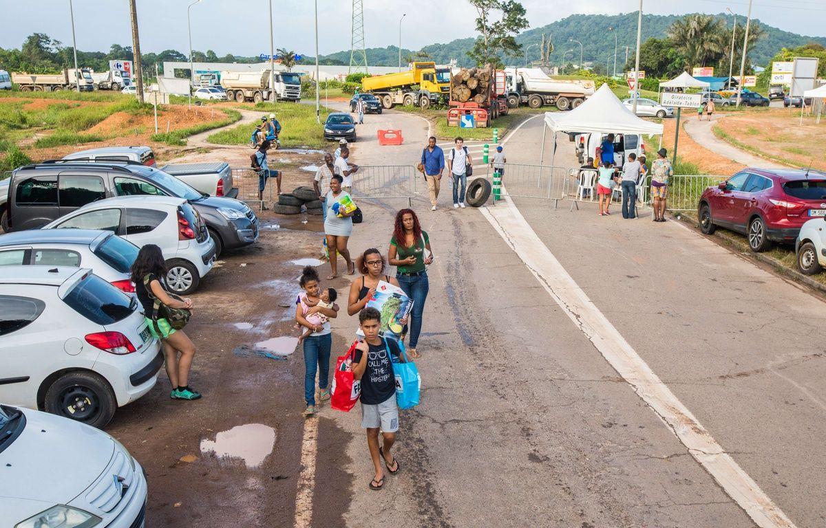Le 11 avril 2017 des poids lourds bloquent toutes les routes à un carrefour en Guyane. Seuls les piétons et les vélos peuvent passer. – SIPA