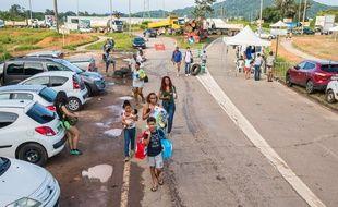 Le 11 avril 2017 des poids lourds bloquent toutes les routes à un carrefour en Guyane. Seuls les piétons et les vélos peuvent passer.