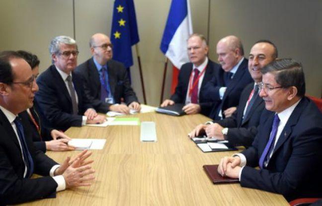 Le president français François Hollande (g) rencontre le Premier ministre turc Ahmet Davutoglu (d) et le ministre des Affaires étrangères Mevlut Cavusoglu (2e à d), à Bruxelles le 18 mars 2016