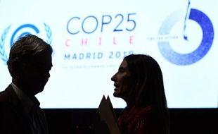 La ministre chilienne de l'Environnement et présidente de la COP25, Carolina Schmidt, s'entretient avec le secrétaire brésilien pour la souveraineté nationale et la citoyenneté, Fabio Mendes Marzano, lors de la séance plénière de clôture de la COP 25 à Madrid, dimanche 15 décembre.