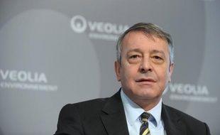 La restructuration de Veolia Environnement, avec les réductions de coûts qui y sont associées, n'entraînera aucun licenciement en France, l'ajustement des effectifs devant s'opérer par le suel jeu des départs naturels, a indiqué mardi le PDG du groupe Antoine Frérot.
