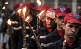 La traditionnelle parade précédant la vente aux enchères des Hospices de Beaune s'est muée en marche silencieuse en hommage aux victimes des attentats de Paris, samedi 14 novembre 2015.