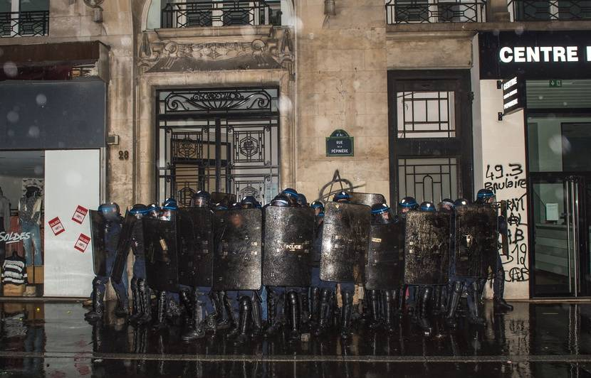 Un policier a-t-il bien menacé de jeter une « grenade explosive » sur des manifestants ?