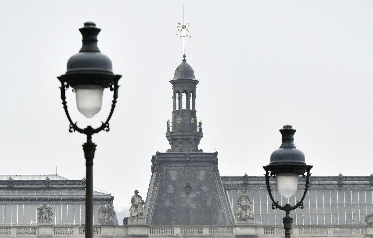 Les policiers ont effectuer des vérifications après l'évacuation de l'esplanade du Louvre, à Paris, ce dimanche 7 mai 2017.   – CHRISTOPHE ARCHAMBAULT / AFP
